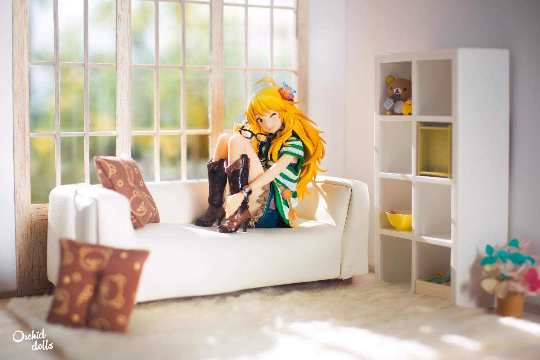Miki Hoshii figura en una acogedora sala de estar en miniatura