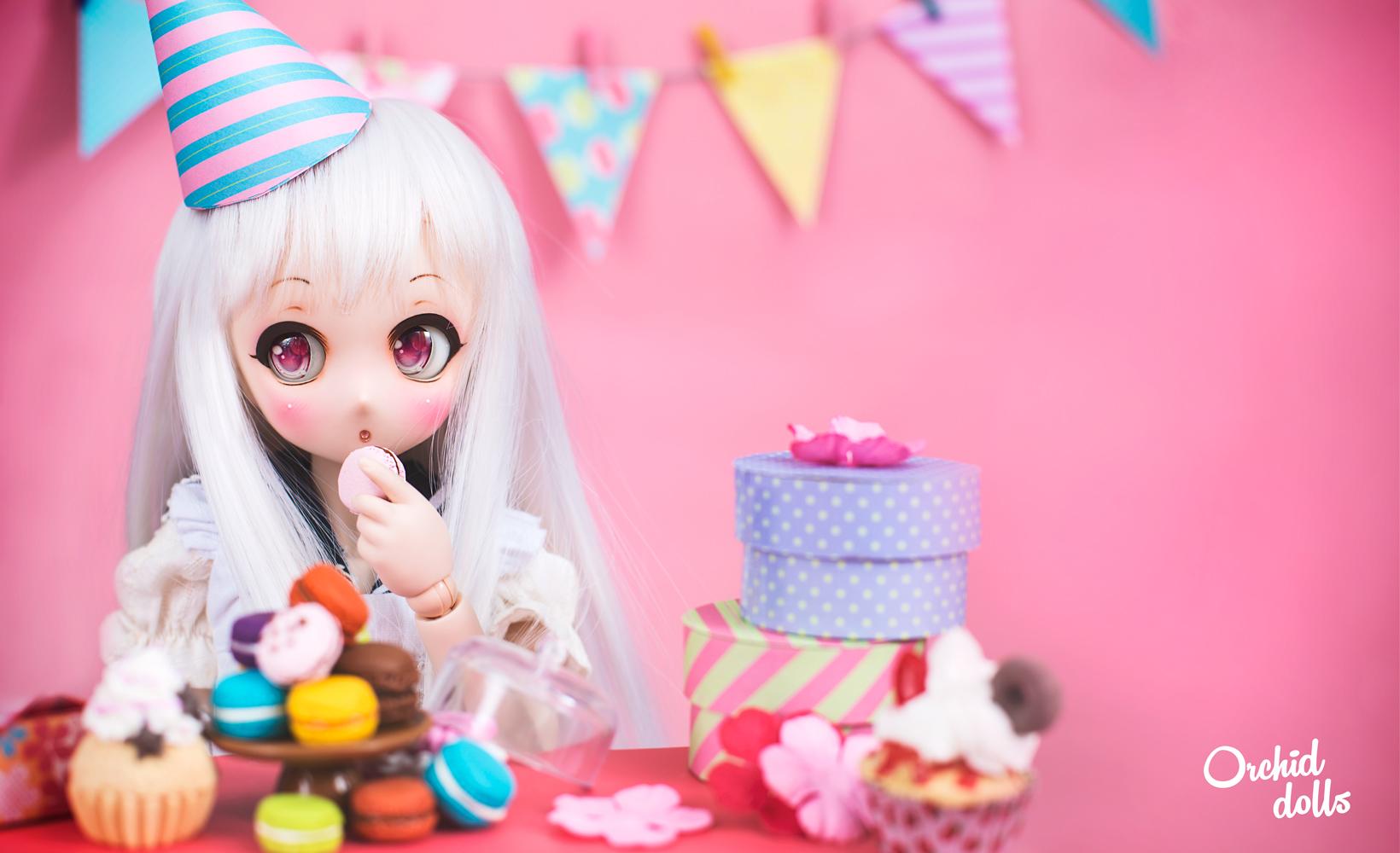 Dollfie Dream eating macarons